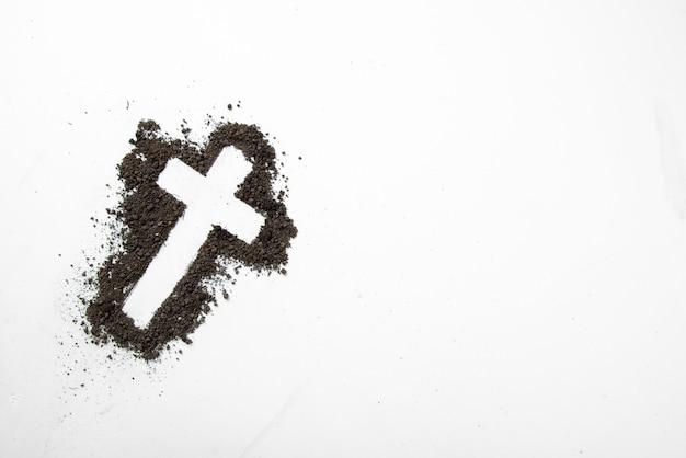 Widok z góry w kształcie krzyża z ciemną glebą na białym