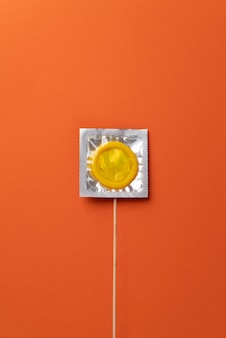 Widok z góry w żółtym układzie prezerwatyw