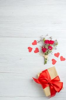 Widok z góry walentynki obecne na białym tle miłość wakacje pasja kochanka para małżeństwo serce uczucie uwaga