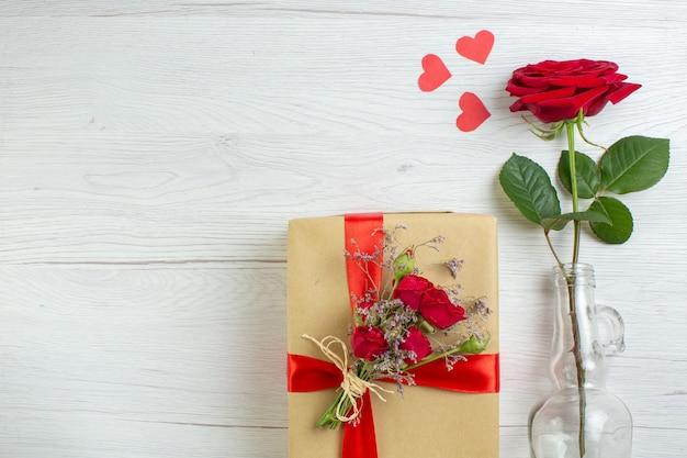 Widok z góry walentynki prezent z czerwoną różą na białym tle wakacje para małżeństwo kochanek uczucie miłość pasja serce