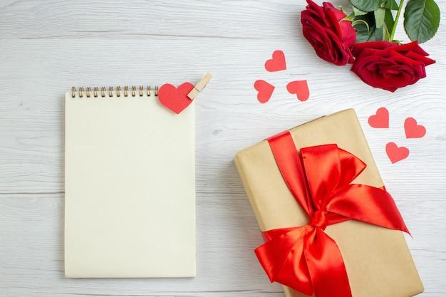 Widok z góry walentynki prezent z czerwonymi różami na białym tle pasja kochanka uczucie para małżeństwo serce wakacje miłość notatka
