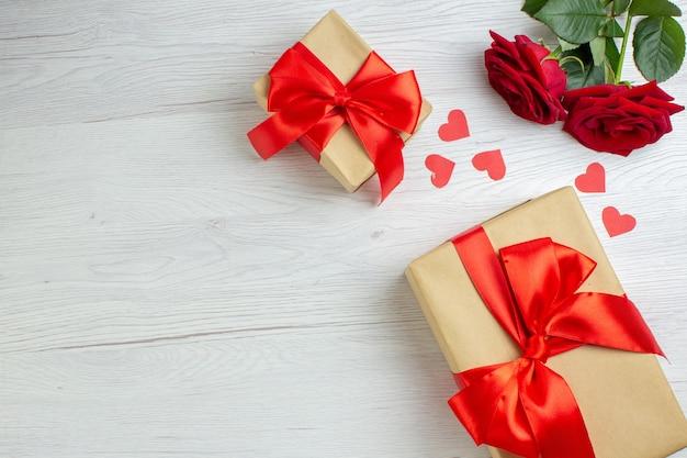 Widok z góry walentynki prezent z czerwonymi różami na białym tle wakacje pasja kochanka uczucie małżeństwo serce miłość notatka