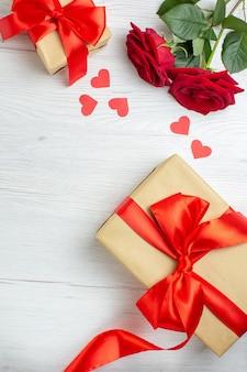 Widok z góry walentynki prezent z czerwonymi różami na białym tle wakacje pasja kochanka uczucie para małżeństwo nuta serca