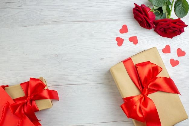 Widok z góry walentynki prezent z czerwonymi różami na białym tle wakacje pasja kochanka uczucie para małżeństwo serce miłość notatka