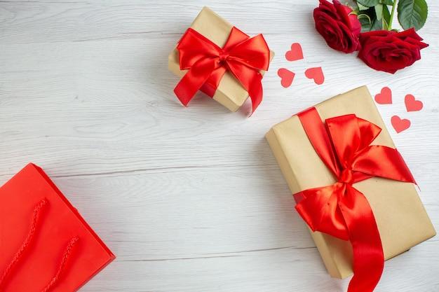 Widok z góry walentynki prezent z czerwonymi różami na białym tle wakacje pasja kochanka uczucie para małżeństwo serce miłosna notatka