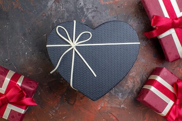 Widok z góry walentynki prezenty w czerwonym opakowaniu na ciemnej powierzchni kocham cię, czując prezent miłosny kolor zdjęć