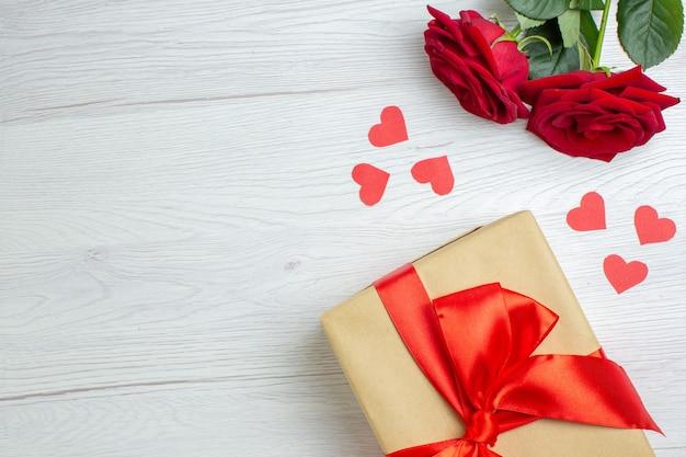Widok z góry walentynki prezenty z czerwoną różą na białym tle pasja kochanka uczucie para małżeństwo serce wakacje miłość notatka