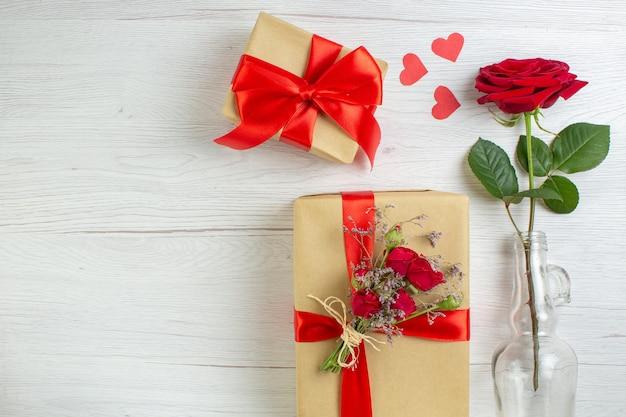 Widok z góry walentynki prezenty z czerwoną różą na białym tle pasja uczucie para małżeństwo serce kochanek wakacje miłosna notatka