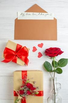 Widok z góry walentynki prezenty z czerwoną różą na białym tle pasja uczucie para serce kochanek wakacje miłosna notatka