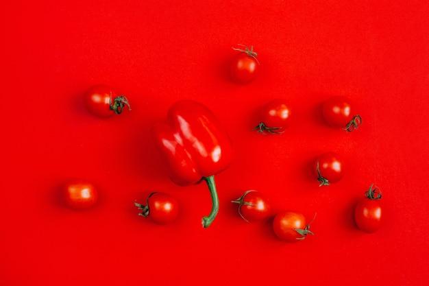 Widok z góry warzyw czerwona papryka i pomidory czereśniowe