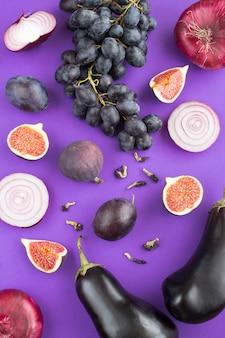Widok z góry warzyw i owoców na fioletowo