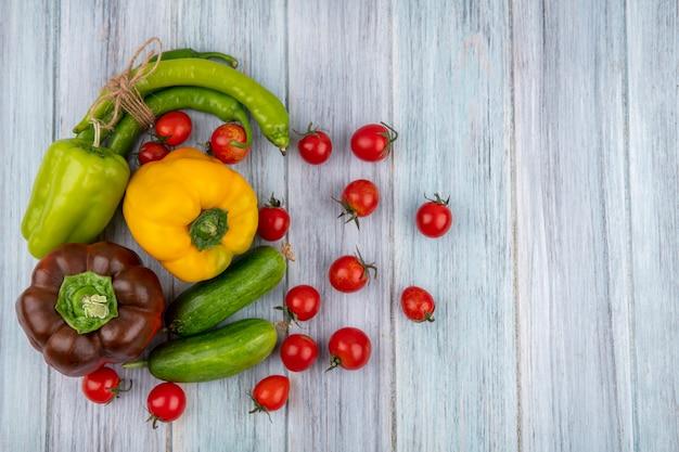 Widok z góry warzyw jak pomidor ogórek papryka na powierzchni drewnianych