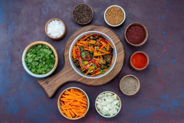 Widok z góry warzywa i przyprawy z sałatką z pokrojonej cebuli na ciemnym biurku sałatka jedzenie posiłek przekąska warzywna