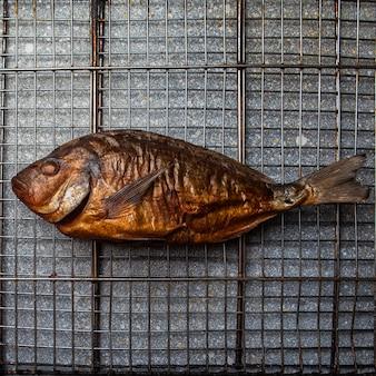 Widok z góry wędzone ryby w siatce