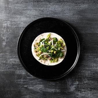Widok z góry wegetariańskie taco na talerzu