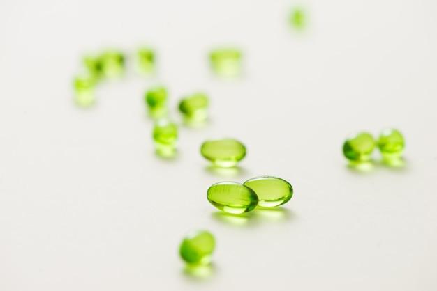 Widok z góry wiele kapsułek żelowych na białym tle na białym tle. kapsułki witaminy e 200 mg.