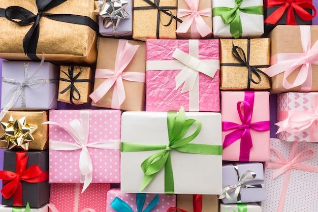 Widok z góry wielobarwnych prezentów