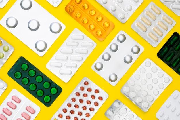 Widok z góry wielu tabletek foliowych