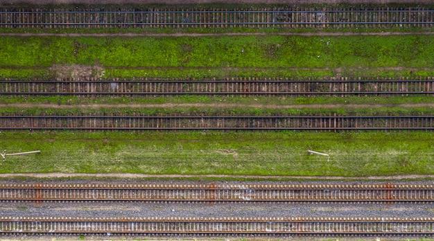 Widok z góry wielu torów kolejowych z drona