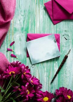 Widok z góry wiosenne kwiaty i kartkę z życzeniami