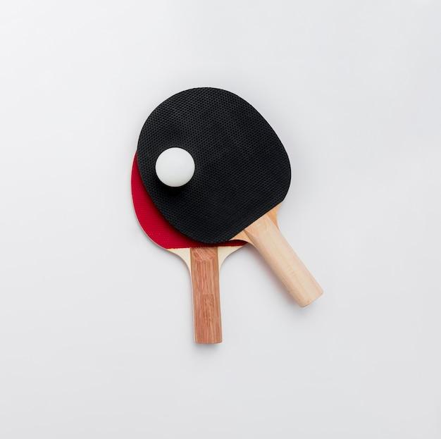 Widok z góry wiosła ping pongowe z piłką