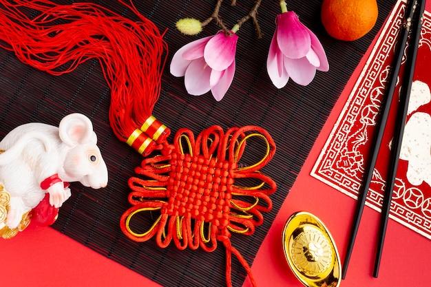 Widok z góry wisiorek i szczur figurka chińskiego nowego roku