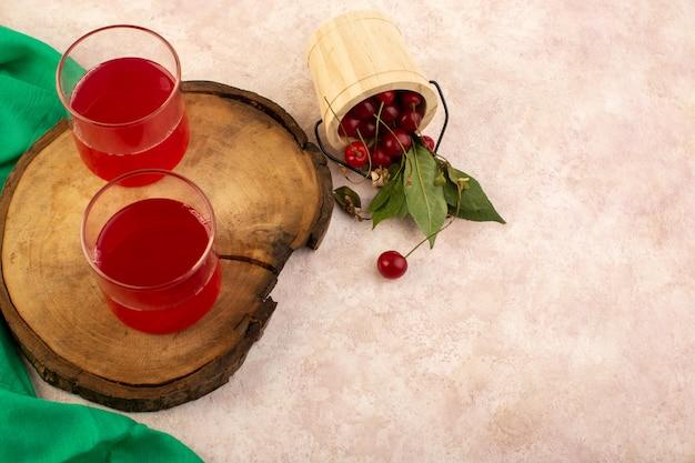 Widok z góry wiśniowy koktajl czerwony w małych szklankach świeże chłodzenie wraz ze świeżymi wiśniami na różowo