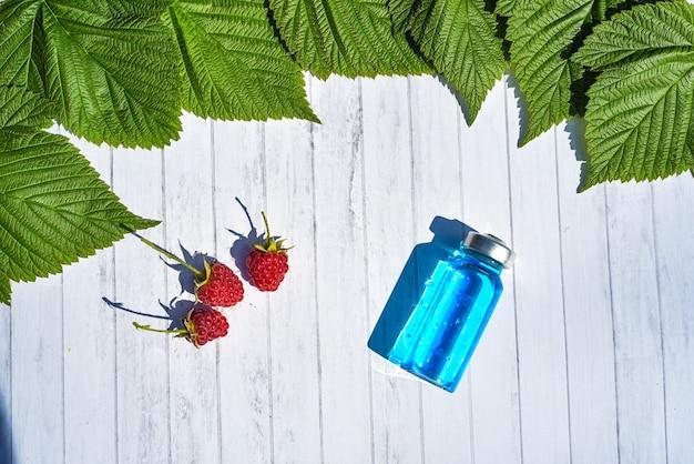 Widok z góry witaminy przeciwutleniaczy. organiczna medycyna ziołowa z naturalnego dodatku zielonych liści