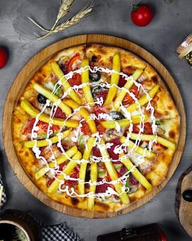 Widok z góry włoska pizza zwieńczona frytkami