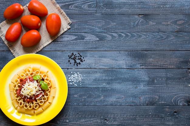 Widok z góry włoskiego makaronu rigatoni z sosem bolońskim
