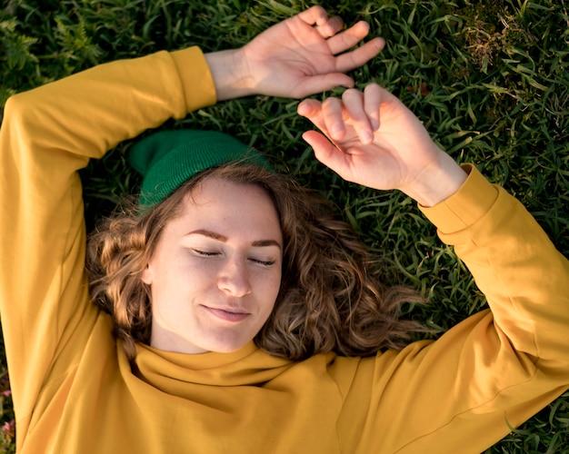 Widok z góry wolna dziewczyna przebywa na trawie