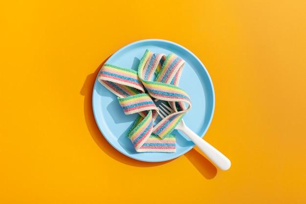 Widok z góry wstążki cukierków na talerzu