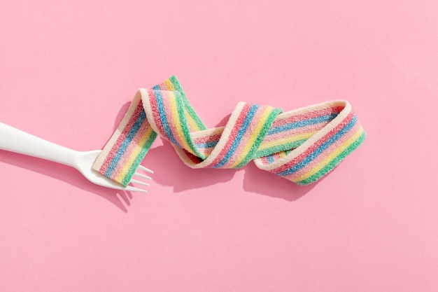 Widok z góry wstążki cukierków z widelcem