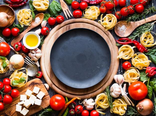 Widok z góry wszystkich niezbędnych składników żywności, aby zrobić klasyczny włoski makaron
