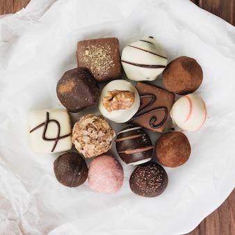 Widok z góry wybór czekolady na talerzu