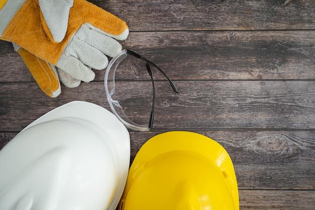 Widok z góry wyposażenie narzędzia pracy na tle stół z drewna.