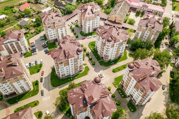 Widok z góry wysokich budynków mieszkalnych lub biurowych, zaparkowanych samochodów, krajobrazu miejskiego miasta. fotografia lotnicza dronów.