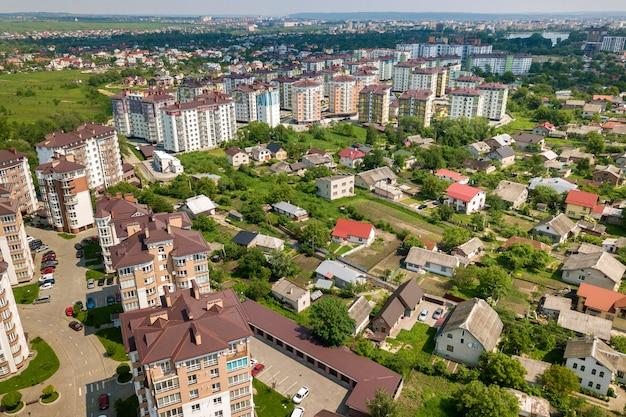 Widok z góry wysokich budynków mieszkalnych lub biurowych, zaparkowanych samochodów, krajobrazu miejskiego miasta. fotografia lotnicza.