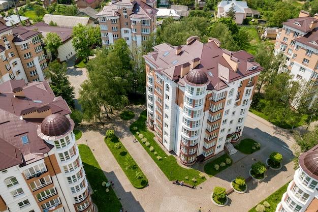 Widok z góry wysokich budynków mieszkalnych lub biurowych, zaparkowanych samochodów, miejskiego krajobrazu miasta. fotografia lotnicza dronów.