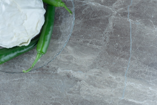 Widok z góry z białej kapusty na środku zielonej ostrej papryki.