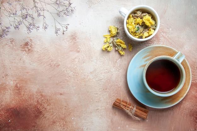 Widok z góry z bliska filiżanka herbaty filiżanka herbaty laski cynamonu zioła
