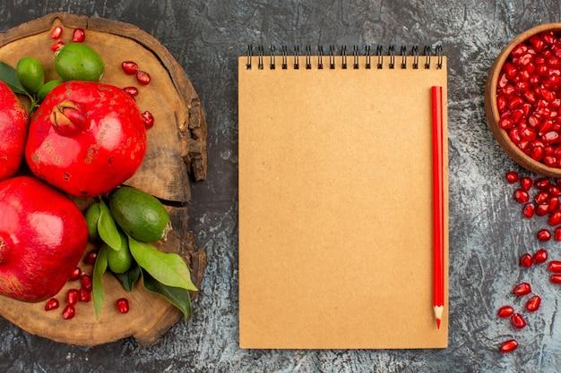 Widok z góry z bliska granat notatnik ołówek nasiona granatu granaty na tablicy