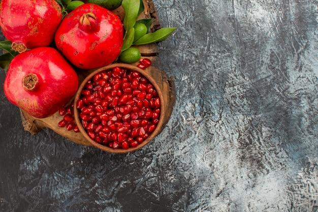 Widok z góry z bliska granaty nasiona granatu w misce i apetyczne granaty