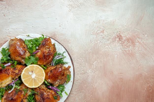 Widok z góry z bliska kawałki kurczaka kurczaka z ziołami cebulowymi cytryna na lawaszu na stole