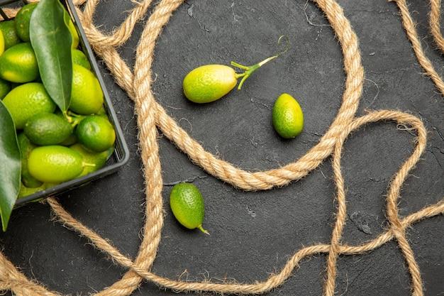 Widok z góry z bliska lina z owoców cytrusowych obok kosza owoców