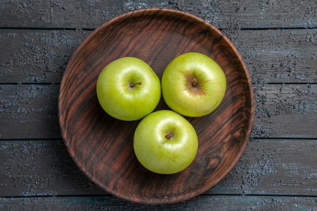 Widok z góry z bliska miska jabłek drewniana miska apetycznych zielonych jabłek na ciemnej powierzchni