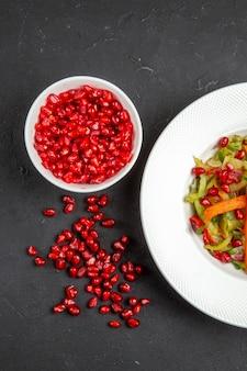 Widok z góry z bliska miska sałatkowa z warzywami granatu nasion granatu