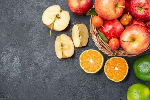 Widok z góry z bliska owoce cytrusowe jabłka kosz jabłek wiśnie