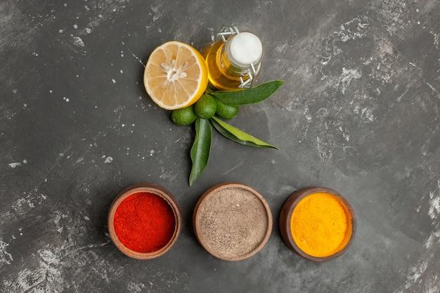 Widok z góry z bliska przyprawy miski kolorowych przypraw butelka oleju cytrynowego