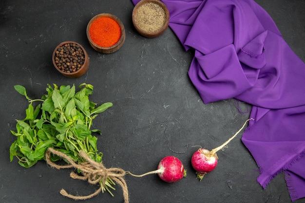 Widok z góry z bliska przyprawy rzodkiewka zioła kolorowe przyprawy i fioletowy obrus